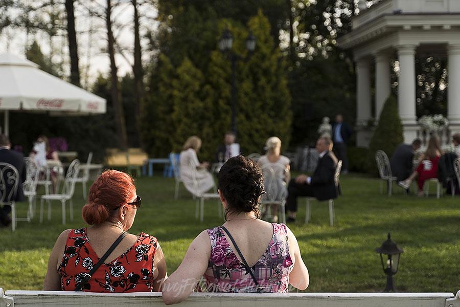 ceremonia w ogrodzie palacyku otrebusy AR 0347 - fotografowanie ślubów