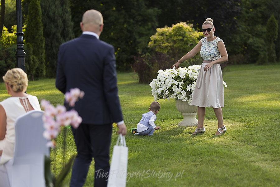 ceremonia w ogrodzie palacyku otrebusy AR 0357 - Naturalny reportaż ślubny
