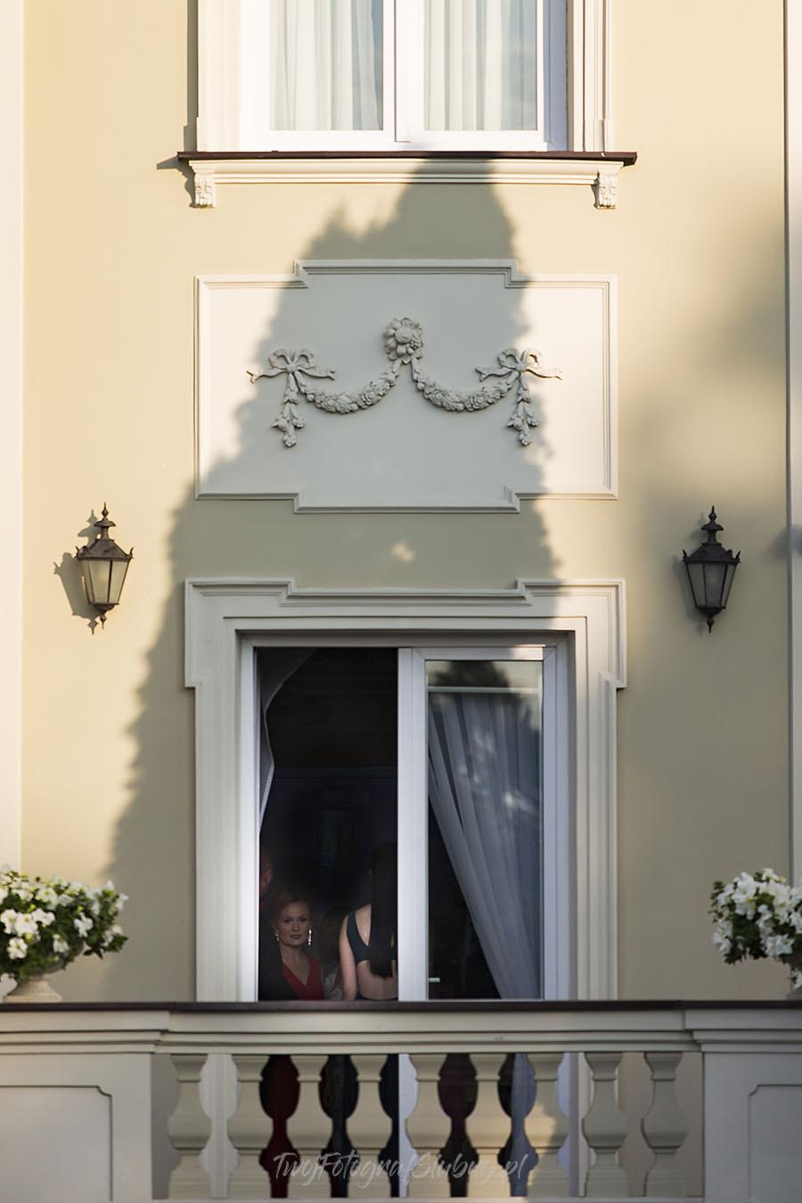 ceremonia w ogrodzie palacyku otrebusy AR 0371 - Naturalny reportaż ślubny