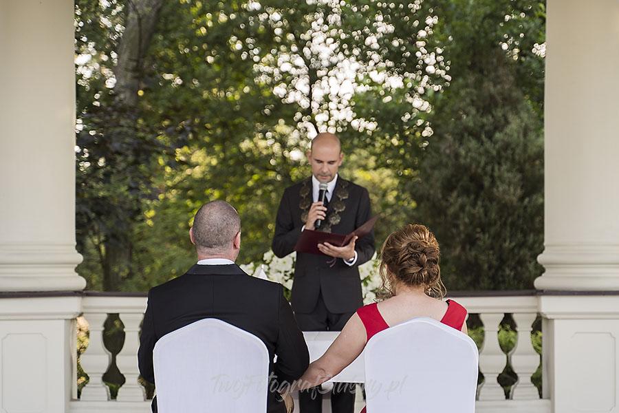 ceremonia w ogrodzie palacyku otrebusy AR 0417 - fotografowanie ślubów