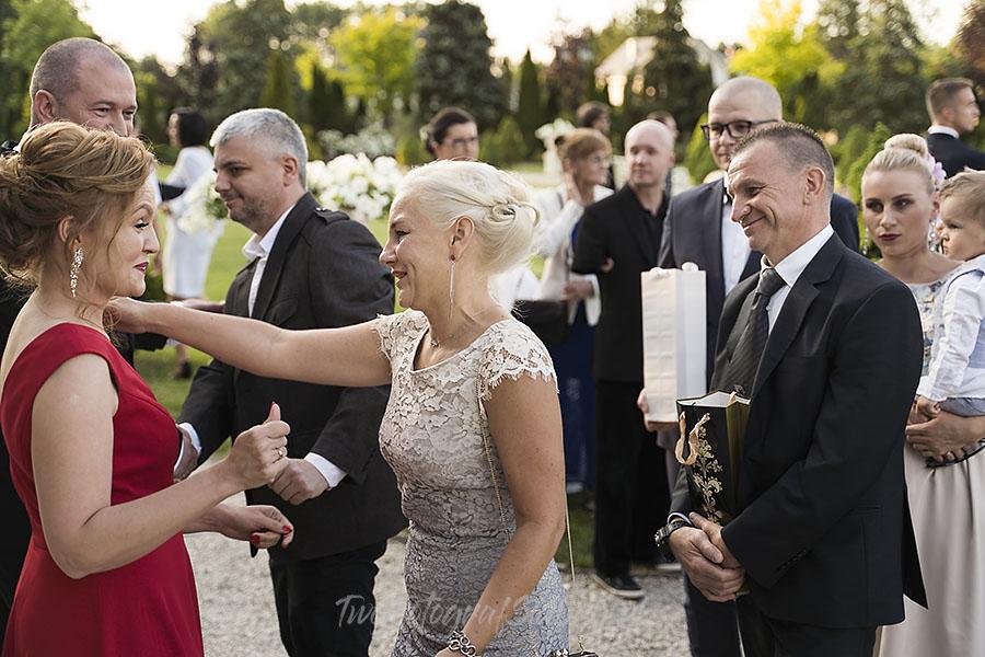 ceremonia w ogrodzie palacyku otrebusy AR 0569 - fotografowanie ślubów