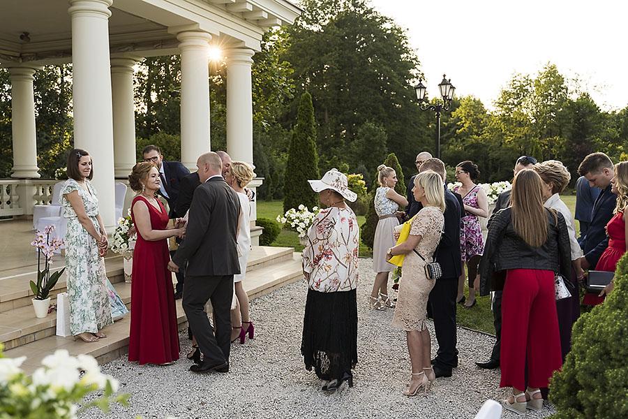 ceremonia w ogrodzie palacyku otrebusy AR 0580 - Naturalny reportaż ślubny