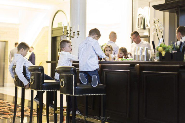 chlopcy przy barze w hotelu mansor MK 1644