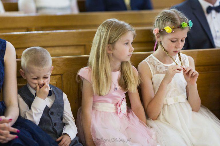 dzieci znudzone w kosciele IP 0434