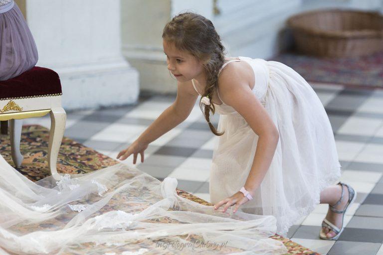 dziewczynka poprawia welon pani mlodej MK 0712