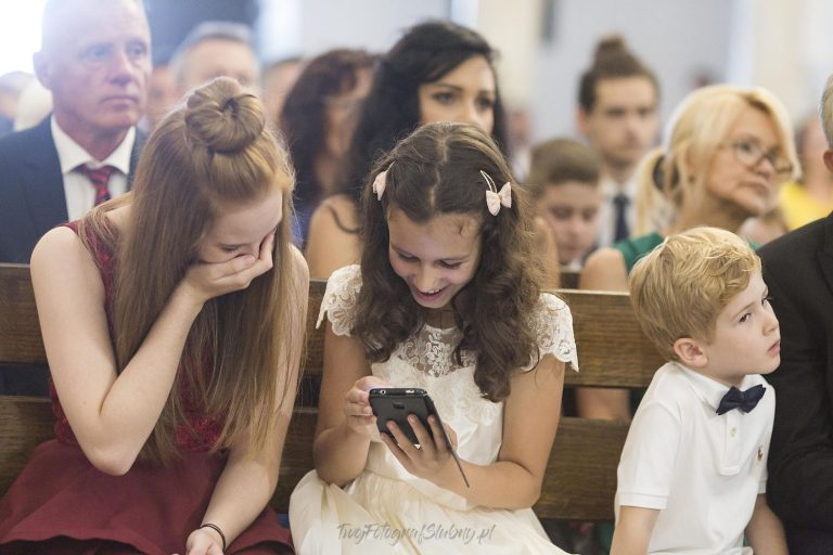 dziewczyny bawiace sie telefonem w kosciele MJ 0599