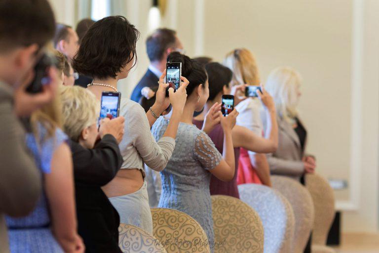 goscie ceremonii robia zdjecia telefonami QiP 0315