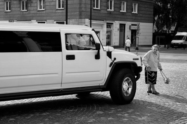 limuzyna slubna przed kosciolem WiG 0031
