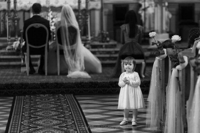 mala dziewczynka w czasie ceremonii slubnej MK 0545