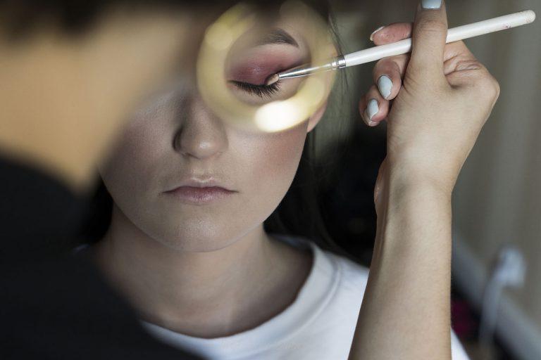 malowanie oczu dziewczyny AR 0190