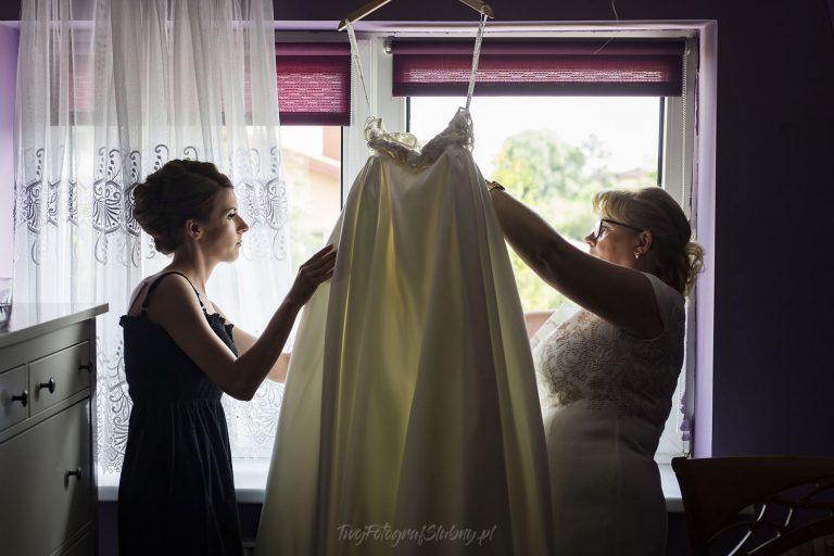 mama pomaga przy sukni MP 0202