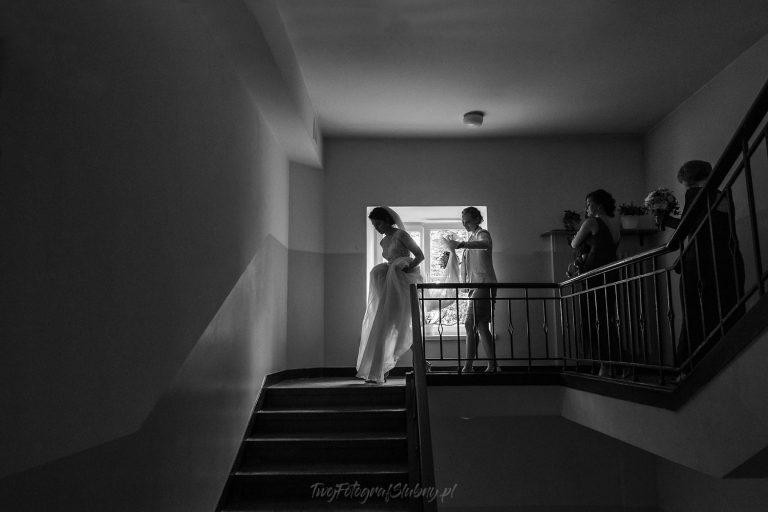 mloda z druchnami idaca na ceremonie w starej klatce schodowej JQ 0095