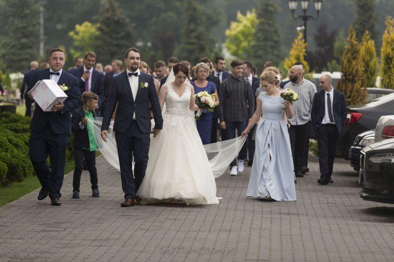 mlodzi idacy z ceremonii na wesele ZM 0492