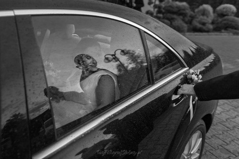 pani mloda czeka az maz otworzy jej drzwi samochodu AiD 0698