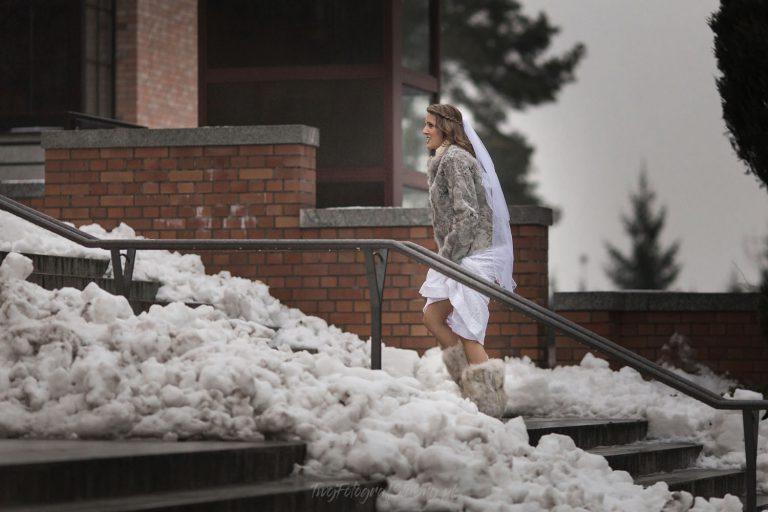 pani mloda na osniezonych schodach kosciola MA 001
