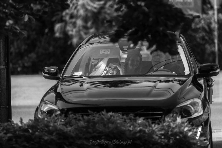 pani mloda usmiecha sie z wnetrza auta KT 0199