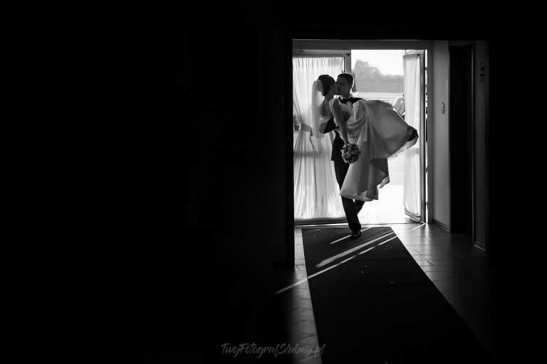 pani mloda wnoszona przez prog na sale weselna MP 1012