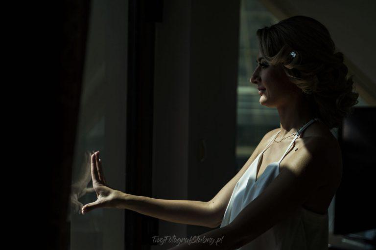 pani mloda wyglada przez okno AT 0103