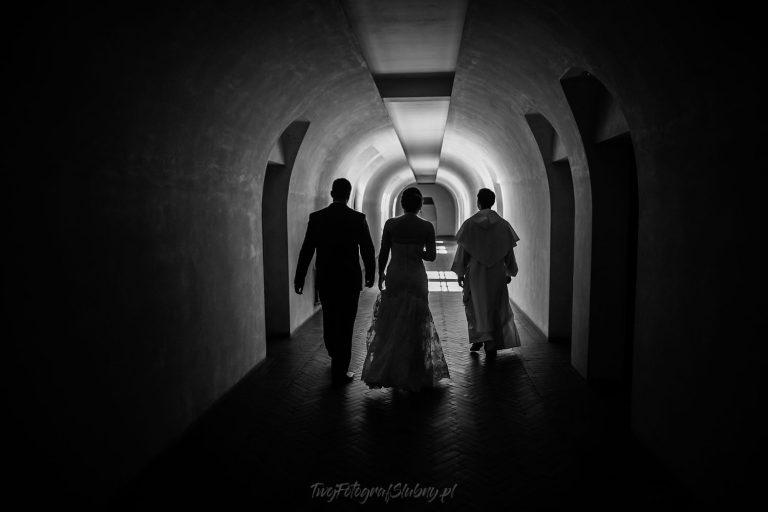 panstwo mlodzi w korytarzu ida z ksiedzemNiF 0182