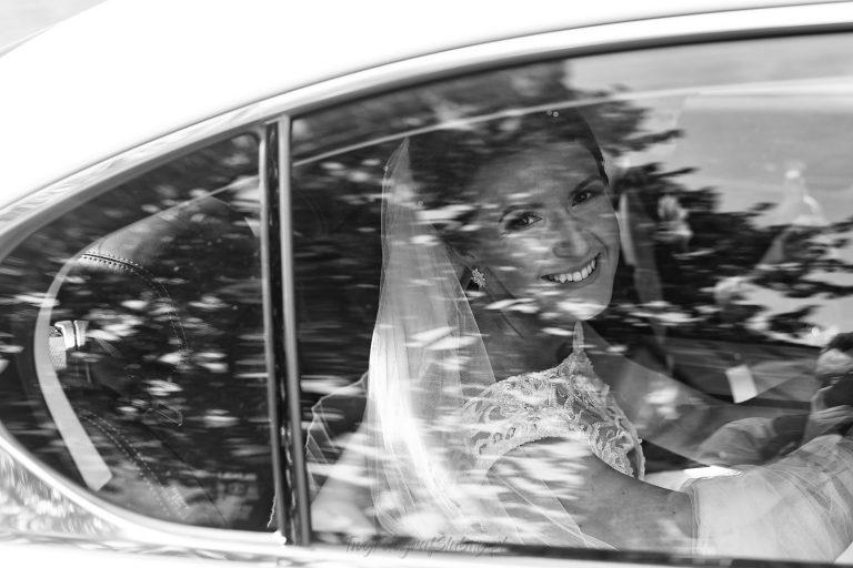 piekny usmiech pani mlodej przed kosciolem MP 0476