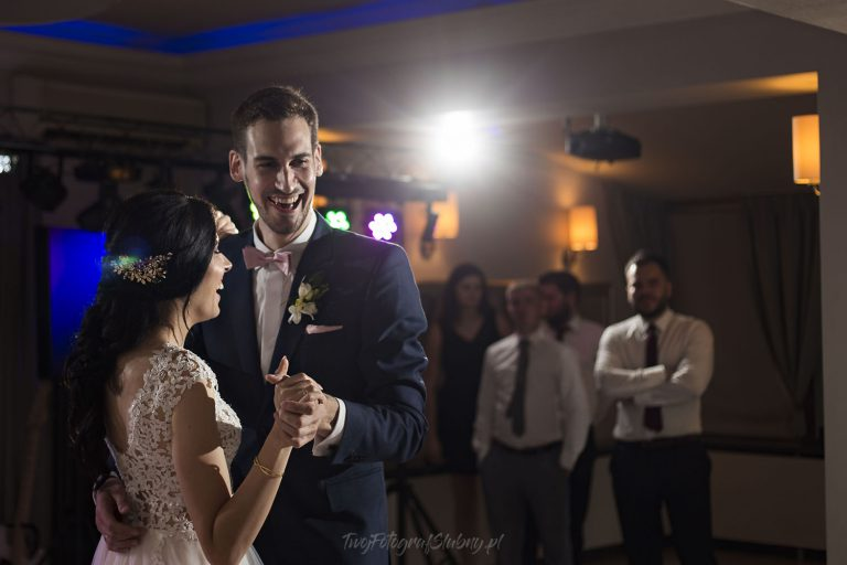 pierwszy taniec w czasie wesela z pieknymi usmiechami AK 0741
