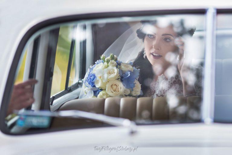portret pani mlodej przez okno samochodu SJ 0256