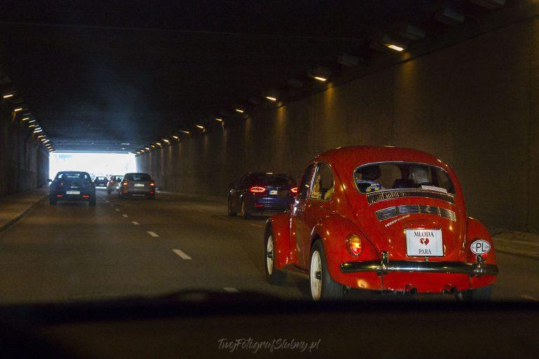 samochod nowozencow w czasie jazdy w tunelu KG 0125