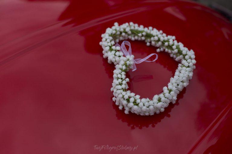 serce z kwiatow na maszce auta KG 0077