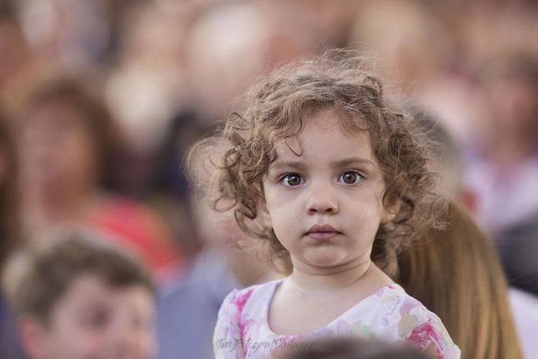 slodka dziewczynka w czasie ceremonii BK 0455