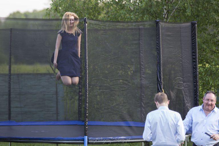 trampolina przyciaga tez doroslych EW 0857