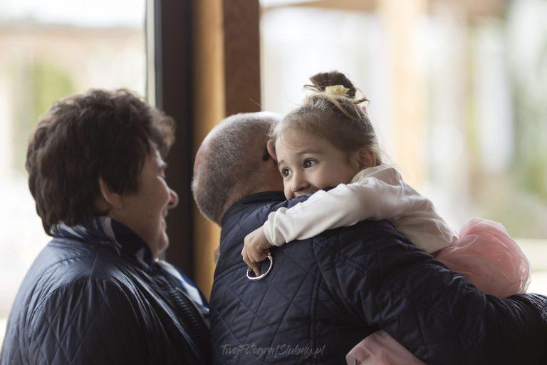 wnuczka wita sie z dziadkami PM 0249