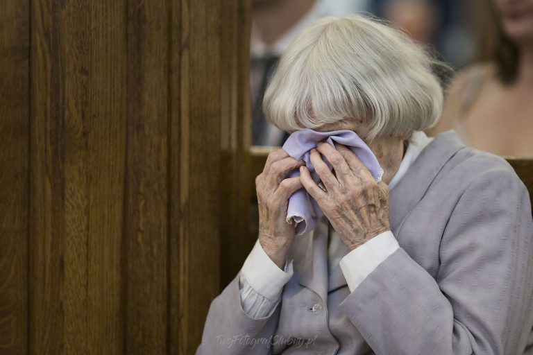 wzruszona starsza pani podczas slubu KT 0386