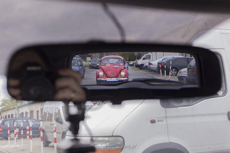 zdjecie samochodu mlodych zrobione w lusterku wstecznym w czasie jazdy KG 0122